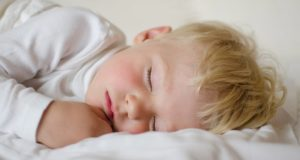 Стоны ребенка во сне причины. Почему ребенок стонет во сне? Стадии сна ребенка