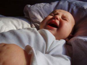 Трехмесячный ребенок вздрагивает во сне. Почему ребёнок в год вздрагивает во сне? Причины и способы решения проблемы