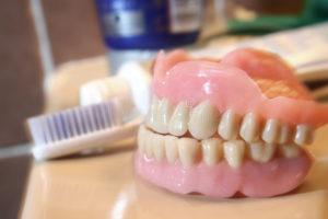 Нужно ли снимать зубные протезы на ночь и как их хранить. Надо ли снимать зубные протезы на ночь