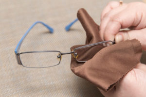 Как и чем протирать очки, чтобы не было разводов? Чем протирать очки, чтобы не было разводов? Очки и правильный уход за ними
