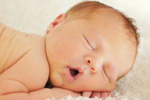 Грудничок дергается во время сна. Почему ребенок вздрагивает во сне и просыпается