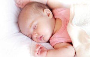 Почему грудничок дергается во время сна. Почему вздрагивает во сне новорожденный