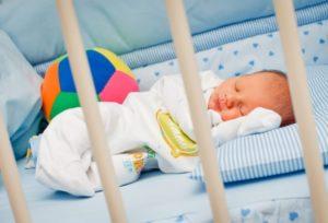 Как правильно должен спать новорожденный в кроватке. Отучаем ребенка от груди. Какие условия нужны для спокойного сна младенца