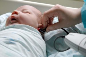 Слух у младенца. Как проверяют слух у младенца в роддоме и в домашних условиях