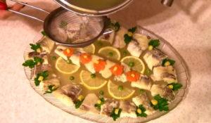 Осветление бульона для заливной рыбы. Как приготовить заливное с рыбой.