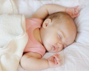 Грудничок 2 месяца постоянно спит. Почему так: причины, по которым новорождённые и дети до года много спят. Почему новорождённый много спит и мало ест